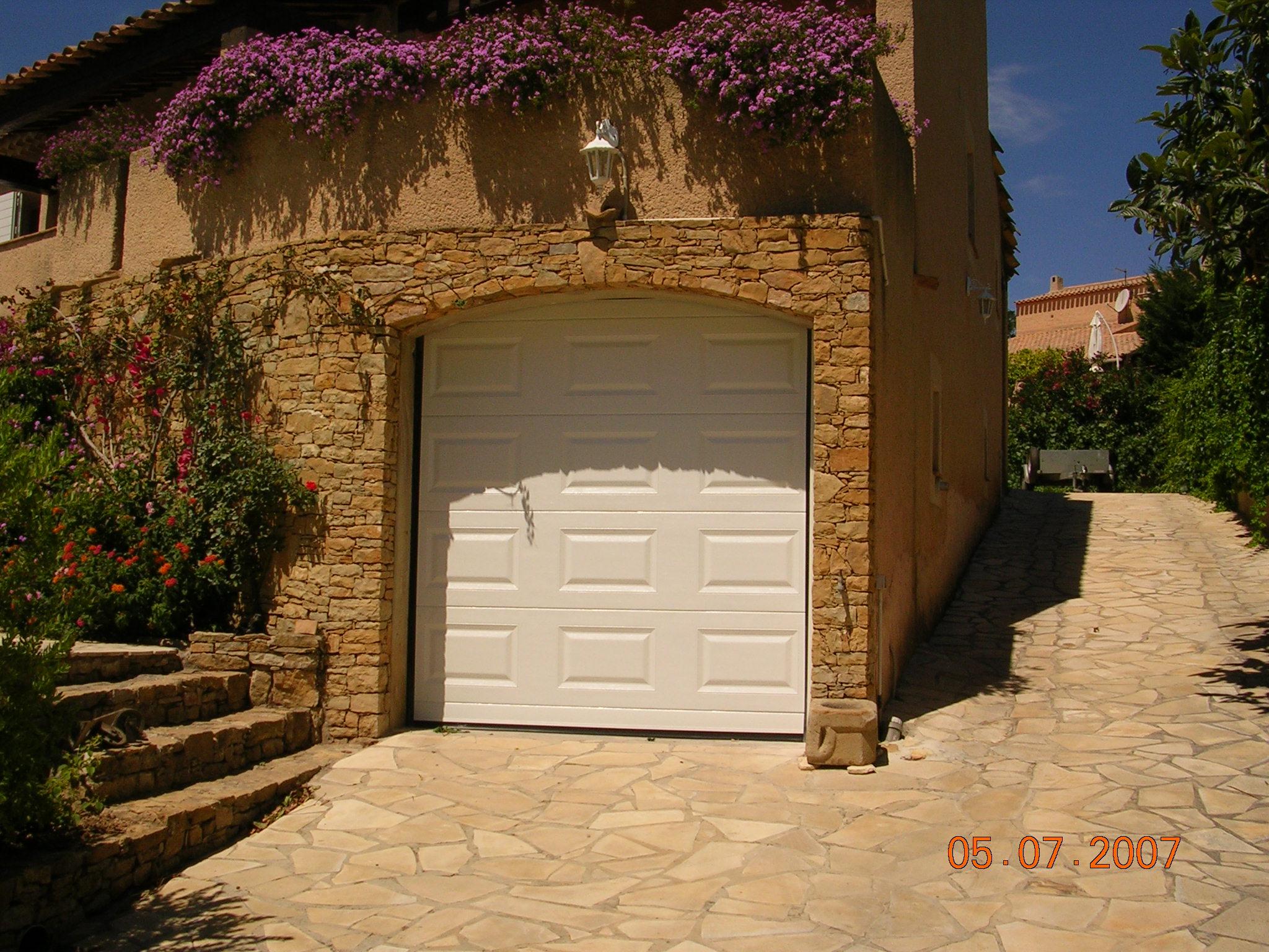 Porte garage sectionnelle cassette menuiserie castellaz - Porte de garage sectionnelle a cassette ...