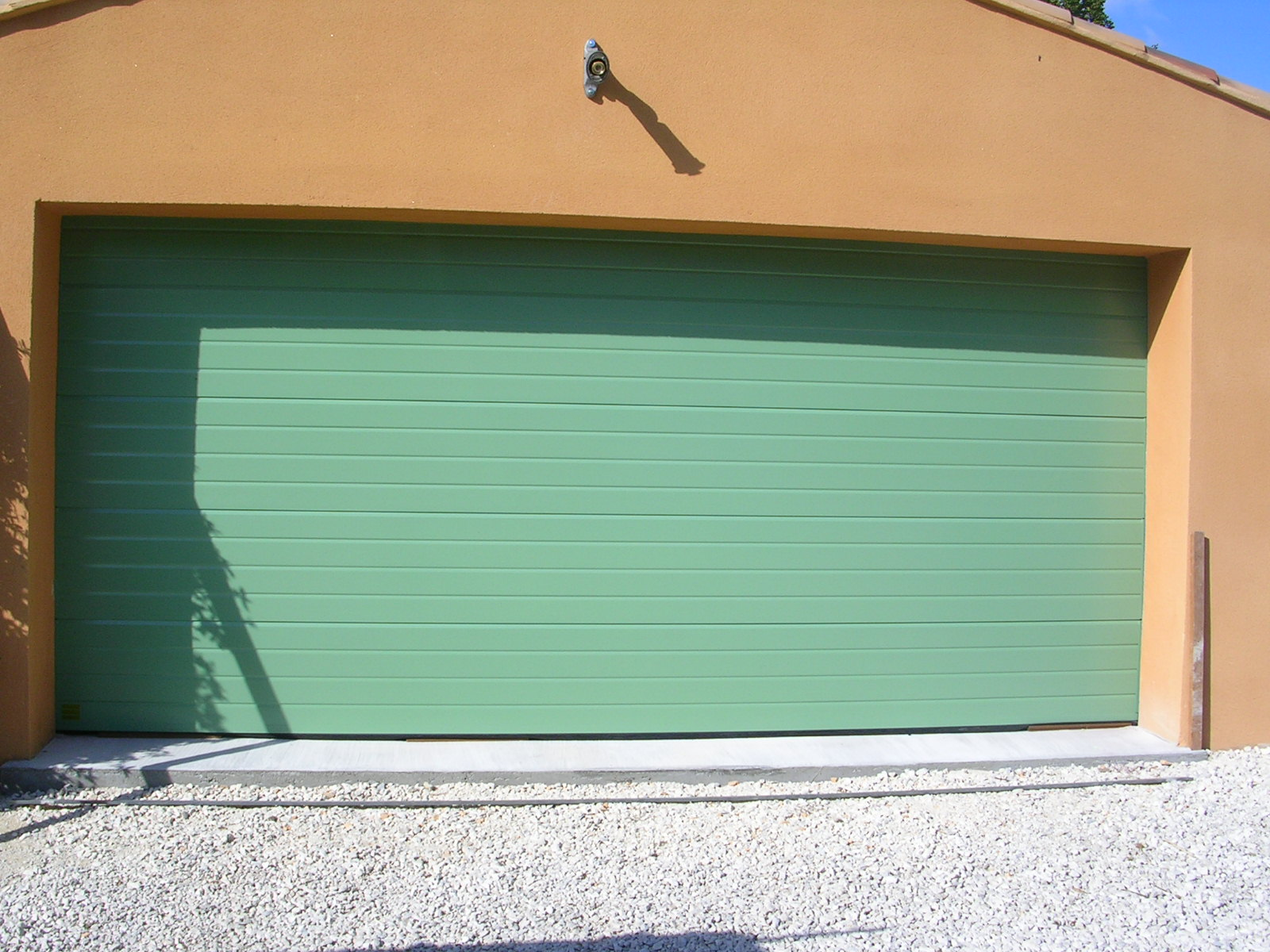 Porte garage sectionnelle grande menuiserie castellaz for Porte garage sectionnelle pvc